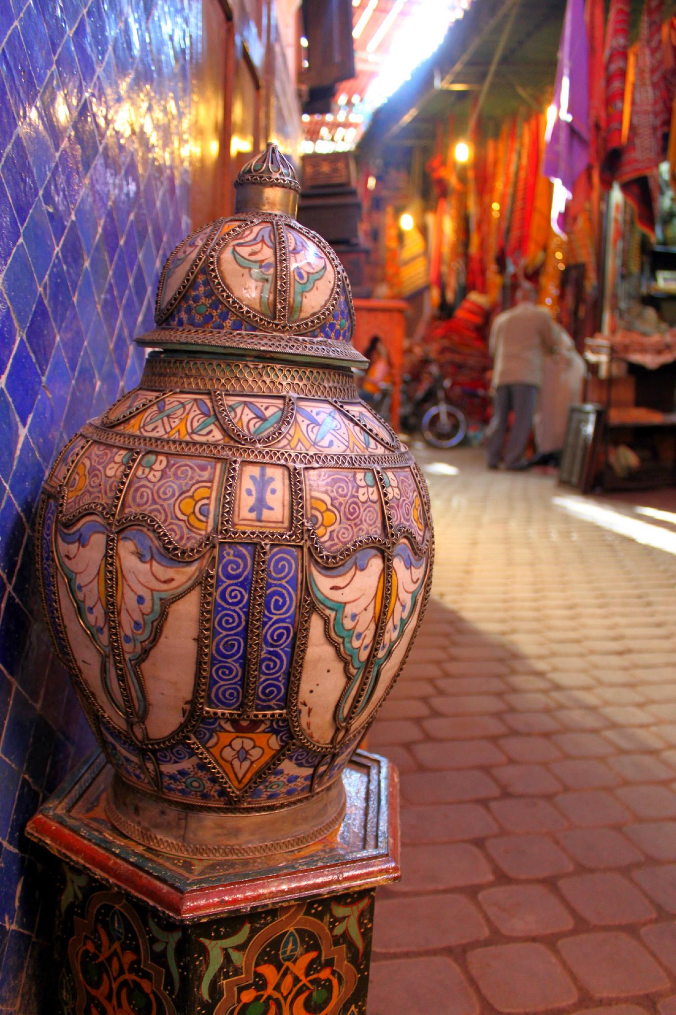 Vaso e tappeti nel Souk di Marrakech - Marocco