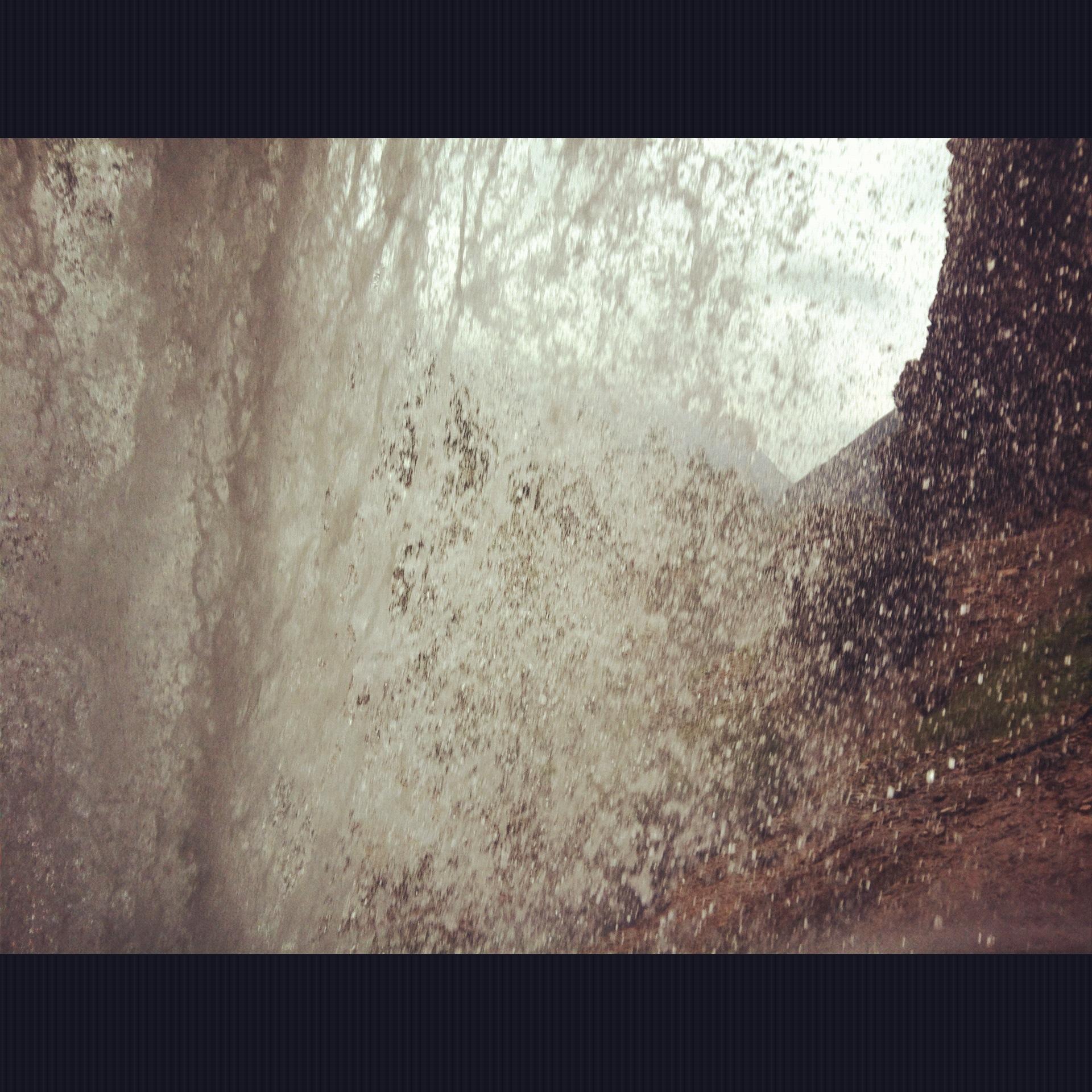 da dietro alla cascata dolomiti d'ampezzo