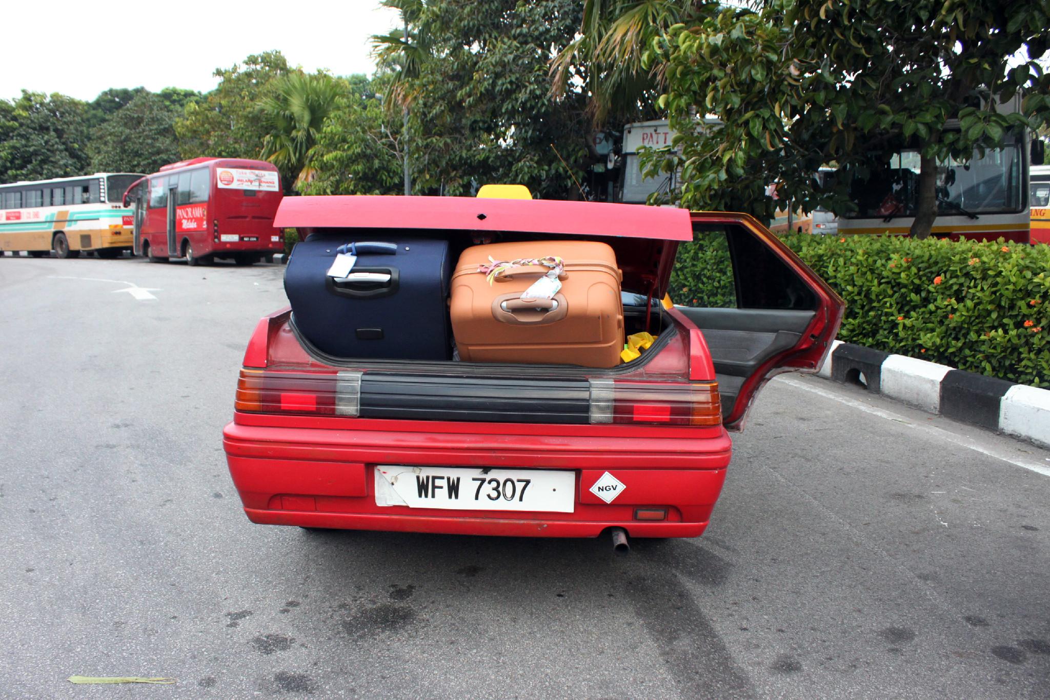 troppe valigie sul taxi a malacca