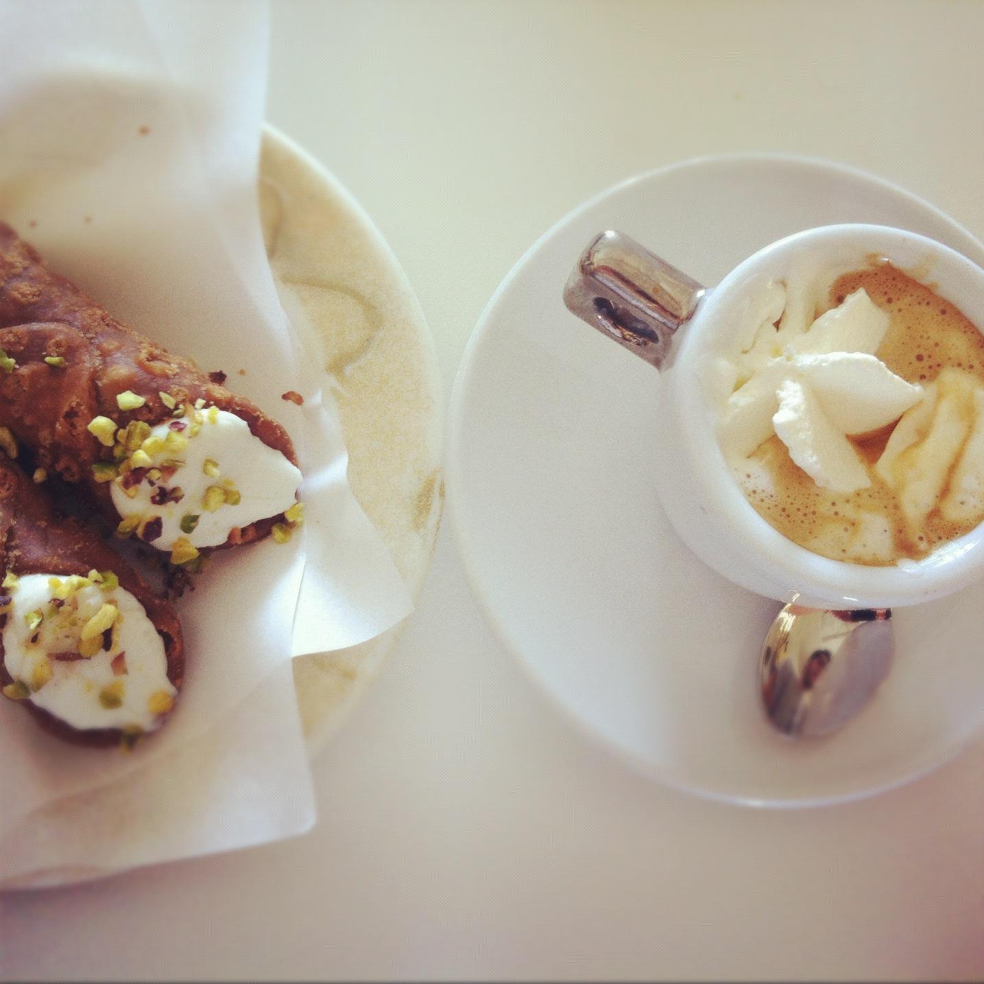 cannoli siciliani e caffè
